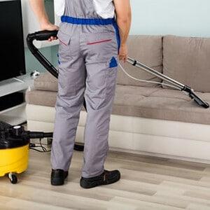 عامل شركة تنظيف منازل بالرياض